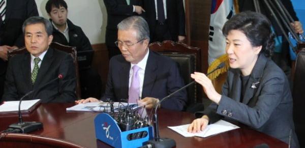 2012년 1월 당시 박근혜 한나라당 비상대책위원장이 서울 여의도 한나라당사에서 열린 비대위 회의에서 모두발언을 하고 있다. 왼쪽부터 당시 이상돈, 김종인 비대위원. /사진=연합뉴스