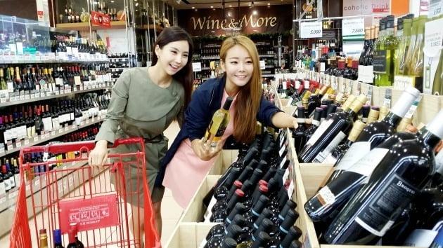 14일 유통업계에 따르면 이마트는 오는 15일부터 일주일간 역대 최대 규모의 와인 장터 행사를 연다. 와인 1000여 종을 최대 70% 할인 판매한다. 사진=롯데쇼핑 제공
