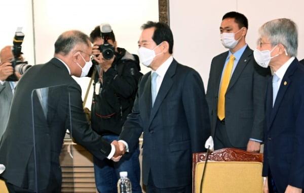 정세균(가운데) 국무총리와 정의선 현대자동차 회장이 15일 오전 서울 종로구 정부서울청사에서 열린 제2차 수소경제위원회의에서 악수를 나누고 있다/사진=허문찬 기자  sweat@hankyung.com