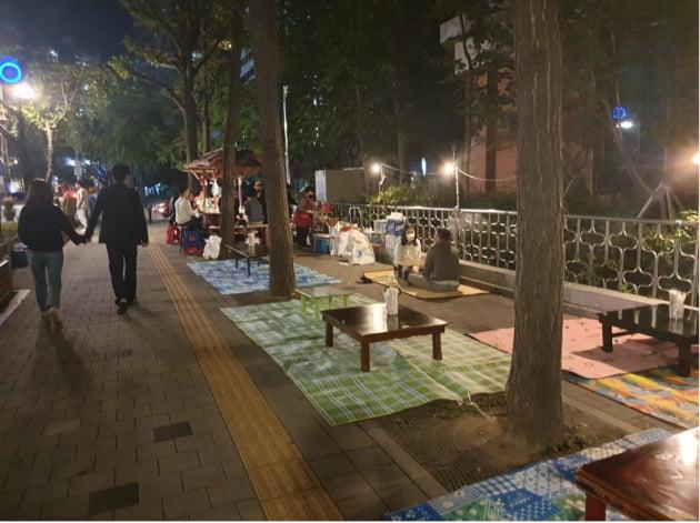 지난달 2일 마포구청이 서울 마포구 염리초등학교 일대 포장마차 다섯 개를 수거하자 일부 노점상인들은 바닥에 돗자리와 식탁을 깔고 영업을 지속했다. 지난 10일 마포 지역 맘카페 '마포에서 아이 키우기'에 올라온 사진. 커뮤니티 캡쳐