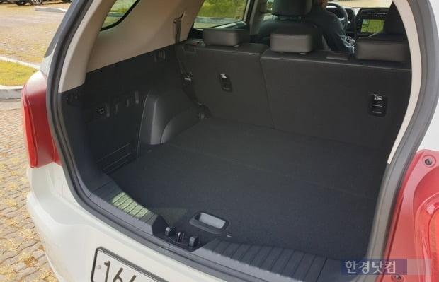 티볼리 에어의 기본 트렁크 공간은 720L, 뒷좌석을 접으면 1440L로 확장된다. 사진=오세성 한경닷컴 기자