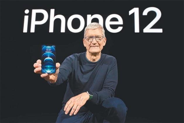팀 쿡 애플 최고경영자(CEO)가 지난 13일(현지시간) 미국 캘리포니아주 쿠퍼티노 애플파크에서 진행된 '애플 스페셜 이벤트'에서 신제품 아이폰12를 소개하고 있다. 애플의 첫 5세대(5G) 이동통신 스마트폰인 아이폰12 시리즈는 4가지 모델로 출시됐다. /사진=애플 제공