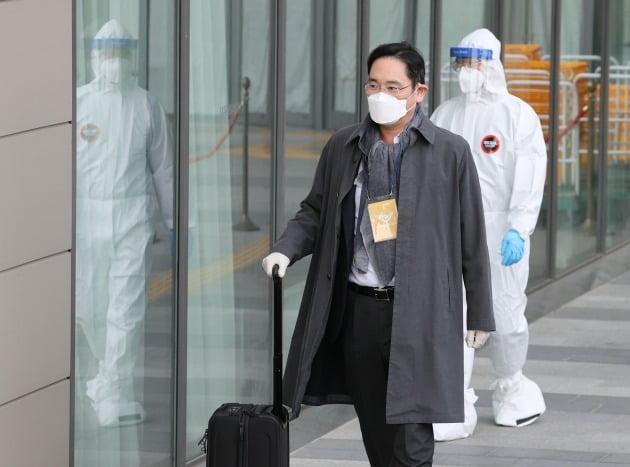 유럽 출장을 마치고 귀국한 이재용 삼성전자 부회장이 14일 오전 신종 코로나바이러스 감염증(코로나19) 검사를 받기 위해 김포공항 인근 대기 장소에 도착하고 있다. 2020.10.14 [사진=연합뉴스]