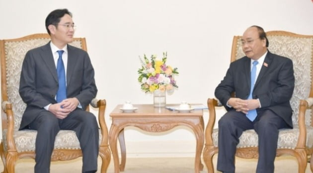 이재용 삼성전자 부회장이 30일(현지시간) 베트남 하노이에서 응우옌 쑤언 푹(Nguyen Xuan Phuc) 총리와 면담하고 있다.(베트남 총리실 제공) 2018.10.30/뉴스1