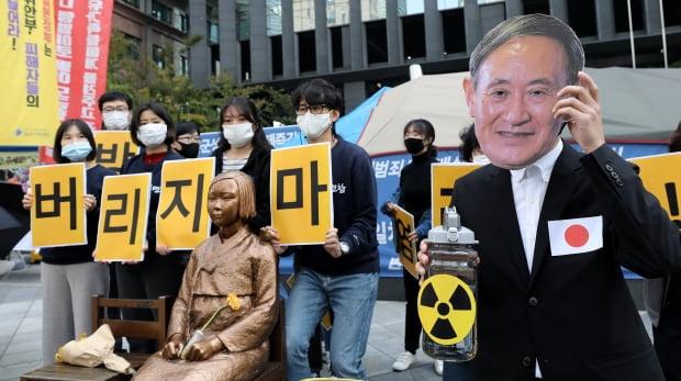 19일 서울 종로구 옛 주한일본대사관 앞에서 열린 기자회견에서 일본 스가 총리 가면을 쓴 참석자가 후쿠시마 핵발전소 방사성 오염수의 해양 방류를 검토 중인 일본 정부를 규탄하는 퍼포먼스를 하고 있다. 사진=뉴스1