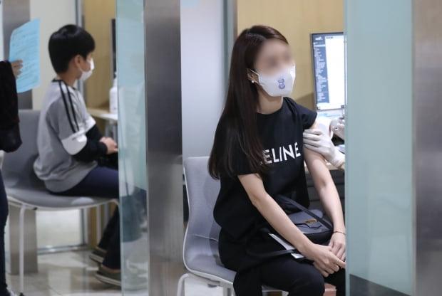 20일 오후 서울 강서구 한국건강관리협회 서울서부지부에 한 시민이 독감백신을 접종 받고 있다. 사진=뉴스1