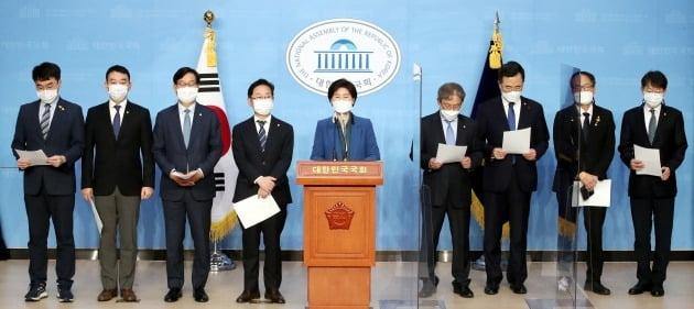 백혜련 민주당측 법사위 간사, 박범계, 신동근 의원 등 민주당 법사위원들이 21일 서울 여의도 국회 소통관에서 공수처 출범을 촉구하고 있다.  /뉴스1