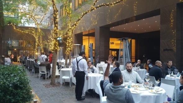 21일(현지시간) 뉴욕 맨해튼의 한 야외 식당에서 직장인들이 저녁 식사를 하고 있다. 뉴욕=조재길 특파원