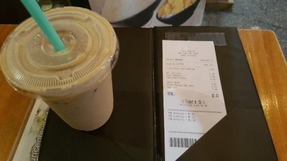 21일(현지시간) 뉴욕 맨해튼의 평범한 야외 카페에서 커피 한 잔을 시켰더니 7.63달러가 청구됐다. 코로나 수수료(10%)가 붙으면서 식당·카페 물가가 올랐다. 뉴욕=조재길 특파원