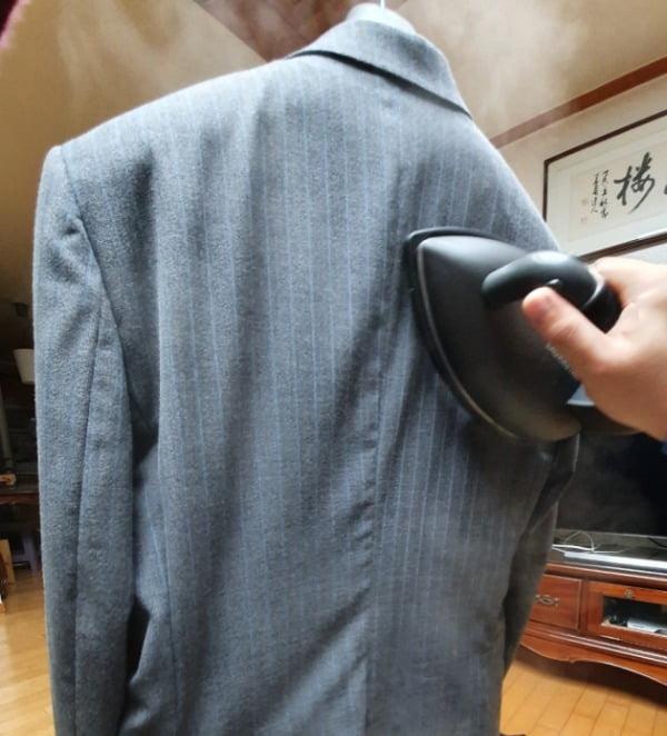 로라스타 '리프트 엑스트라 티탄'으로 정장 상의를 다리미질을 하고 있다/사진=배성수 한경닷컴 기자