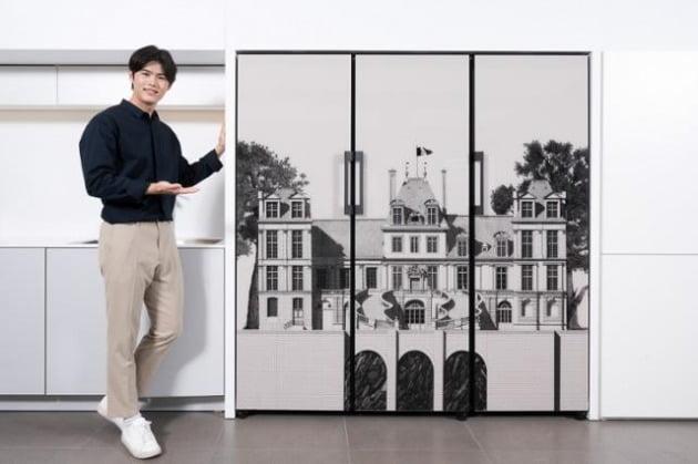 삼성전자 모델이 삼성디지털프라자 강남본점에서 프랑스 유명 일러스트레이터 티보 에렘의 '퐁텐블로 성' 도어 패널 디자인이 적용된 비스포크(BESPOKE) 냉장고 신제품을 소개하는 모습. [사진=삼성전자 제공]