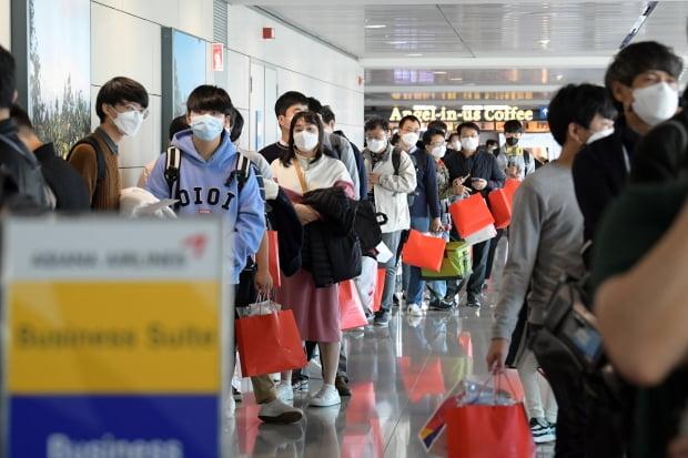 24일 인천공항을 출발한 아시아나항공 'A380 한반도 일주 비행' 항공기에 탑승한 승객들이 탑승을 기다리고 있다. 영종도=공항사진기자단.
