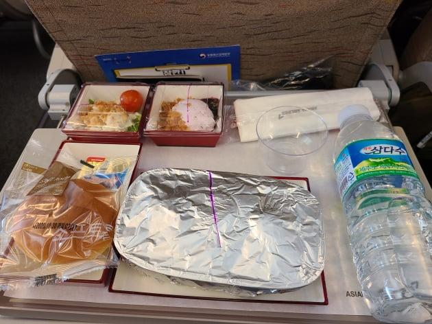 24일 '아시아나항공 'A380 한반도 일주 비행' 항공기에 탑승한 승객들에게 제공된 기내식. 강경민 기자
