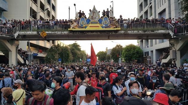 지난 14일 오후 태국 방콕 도심 랏차담넌 거리에서 국왕의 초상화가 걸린 육교 아래 참석자들이 도로를 빼곡히 채우고 있다. 사진=연합뉴스