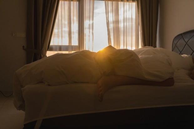 수면 중 꿈을꾸다 갑자기 발길질을 하거나 고함을 치는 등 수면장애가 있으면 우울증 위험도 높다는 연구 결과가 발표됐다./사진=게티이미지