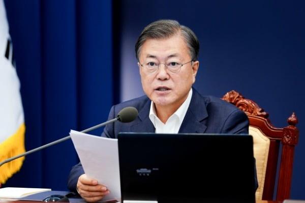 문재인 대통령이 26일 청와대 여민관에서 열린 수석·보좌관회의를 주재하고 있다.  /뉴스1