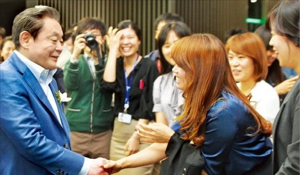 이건희 삼성 회장이 2011년 삼성전자 반도체 16라인 가동식에 참석해 직원들과 악수하고 있다. 한경DB
