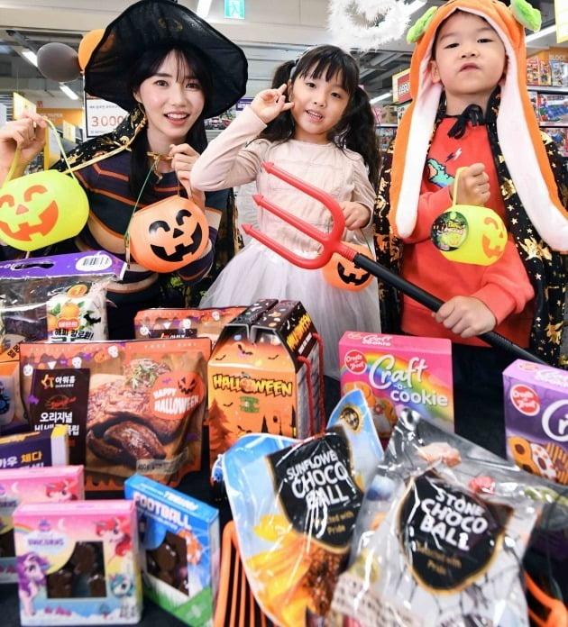 대형마트 홈플러스는 오는 31일까지 '해피 핼러윈 대축제'를 진행한다. 핼러윈 패키지를 적용한 파티용 기획 상품과 사탕, 초콜릿은 물론, 핼러윈 분위기를 연출할 수 있는 소품과 코스튬을 선보인다. 사진=홈플러스 제공