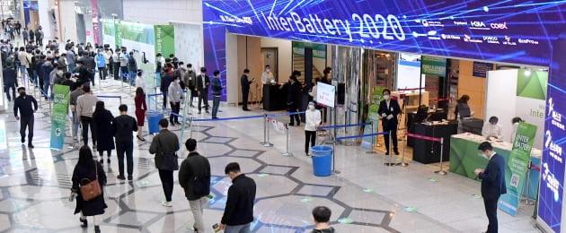 코로나19 재확산에 따른 사회적 2단계 조치로 가동 중단됐던 전국 전시장이 거리두기 1단계 완화로 일제히 재가동에 들어갔다. 사진은 지난 21일 삼성동 코엑스에서 두 달여 만에 열린 '인터배터리 2020' 행사장 / 김영우 기자 youngwoo@hankyung.com