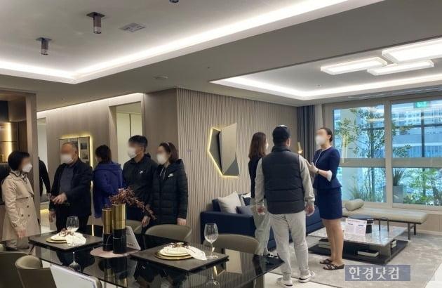 '별내자이더스타'의 모델하우스를 관람하고 있는 예비 청약자들.