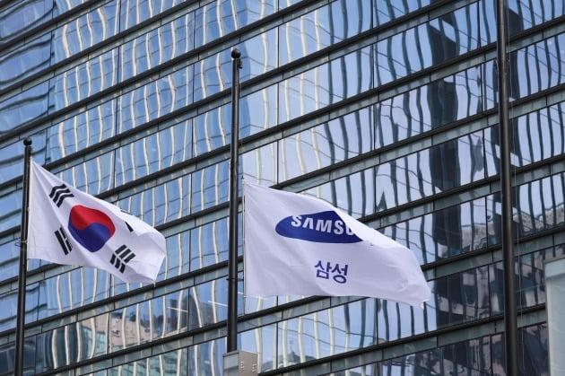 이건희 삼성 회장 영결식과 발인이 엄수된 28일 삼성서초사옥에 조기가 걸려 있다. 연합뉴스