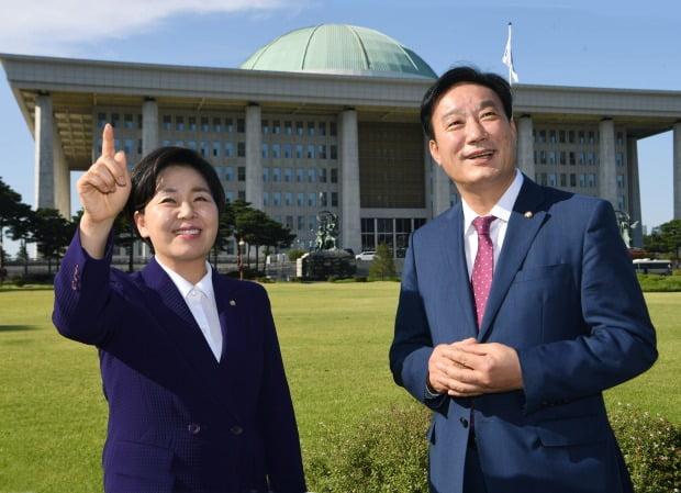 양향자 더불어민주당 의원(왼쪽)과 서일준 국민의힘 의원이 지난 6일 국회에서 만나 이야기를 하고 있다. /신경훈 기자 khshin@hankyung.com
