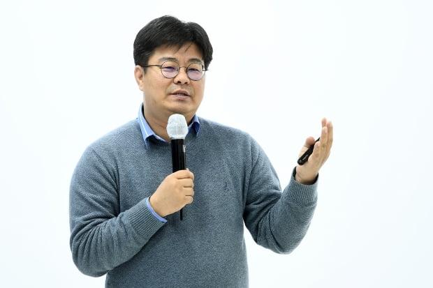'2020 한경 디지털 ABCD 포럼'이 22일 가산동 스튜디오 재미에서 열렸다. 이번 포럼은 '포스트 코로나, 진화하는 디지털 세상'이라는 주제로 국내 산업계 및 학계의 전문가들이 강사로 나섰다. 정재승 카이스트 바이오 및 뇌공학과 교수가 강연을 하고 있다. / 변성현 한경닷컴 기자 byun84@hankyung.com