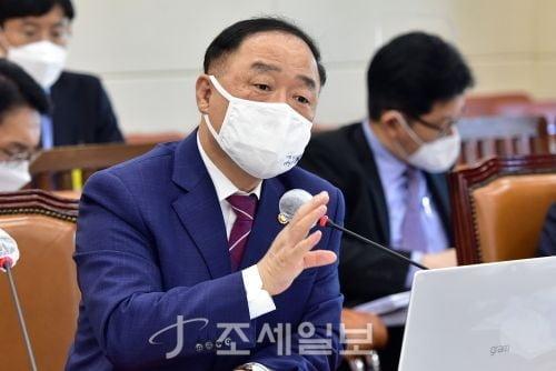국민 허탈감 느낀 주식·부동산 세제 질타…홍남기 '진땀'