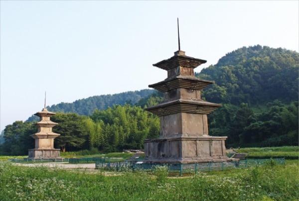 감포항 안쪽 대종천과 이어진 감은사터와 탑. 동해의 용이 된 문무왕이 드나들었다고 전해진다.  서거하사진문화연구소 제공