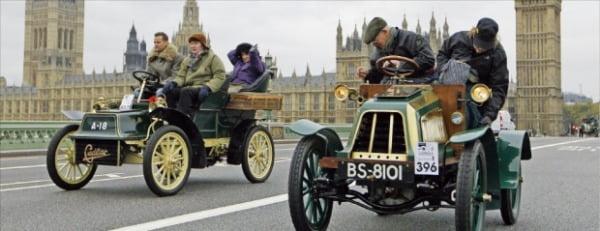 과잉 규제라는 논란에도 31년간 지속된 '적기조례'는 영국의 자동차산업 발전을 가로막았다. 사진은 런던에서 열린 클래식카 대회.  한경DB