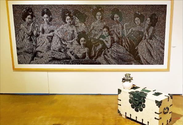 우종일의 디지털 포토 콜라주 회화 '조선왕실 여성의 누드' 시리즈(위)와 대리석으로 전통가구를 조각한 권창남의 '그리움 그곳에 가면'.
