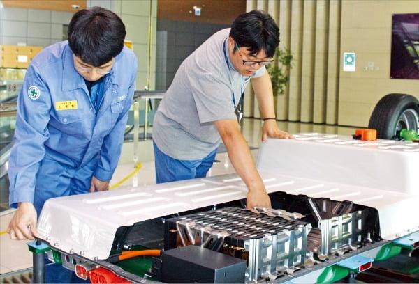 포스코 연구원들이 전기자동차 배터리팩 소재를 점검하고 있다.  포스코 제공