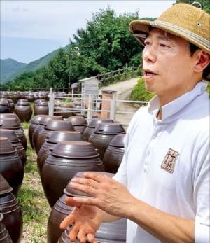 경북 포항의 죽장연은 된장에 와인처럼 빈티지를 적용해 명품으로 끌어올렸다. 3000개가 넘는 된장 독 앞에서 정연태 대표가 죽장연을 소개하고 있다.  /김보라 기자