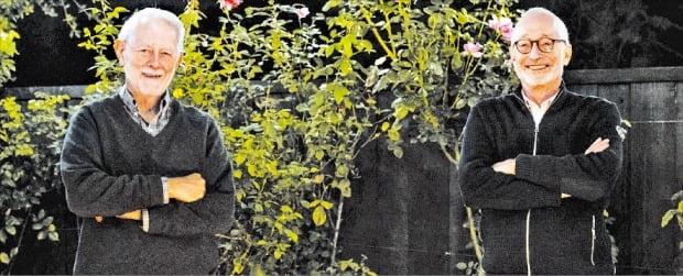 노벨경제학상 윌슨·밀그럼 교수 기자회견 올해 노벨 경제학상을 공동 수상한 로버트 윌슨(왼쪽)·폴 밀그럼 미국 스탠퍼드대 교수가 12일(현지시간) 캘리포니아주 팰로앨토에 있는 대학 교정에서 포즈를 취하고 있다.  AFP연합뉴스
