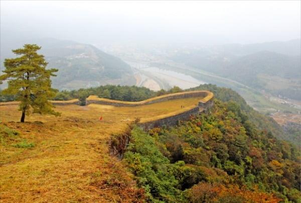 충북 단양군 영춘면에 있는 온달산성. 죽령을 바라보는 남한강가 산꼭대기에 있다. 고구려계로 알려졌으나 발굴 결과 신라 양식으로 밝혀졌다.