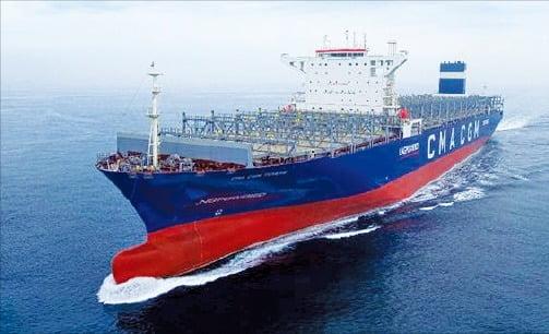 현대중공업그룹이 세계 최초로 건조해 인도한 LNG 추진 대형 컨테이너선.  현대중공업그룹 제공