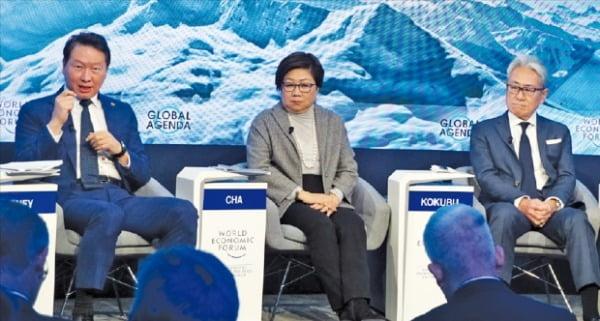 최태원 SK 회장(맨 왼쪽)이 올 1월 의 패널로 참석해 사회적 가치에 대해 역설하고 있다.  SK 제공