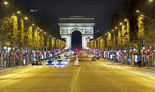 < 코로나 통금…텅 빈 파리 샹젤리제 거리 > 프랑스 정부가 코로나19 재확산세가 심각해지자 국가 비상사태를 선포하며 17일(현지시간)부터 야간 통행금지 조치에 들어갔다. 파리를 비롯해 일드프랑스, 리옹 등 수도권 9개 지역에서 시행된다. 통금 시간은 오후 9시부터 다음날 오전 6시까지다. 통금 조치로 파리 중심가인 개선문 앞 샹젤리제 거리가 텅 비어 있다.  AP연합뉴스