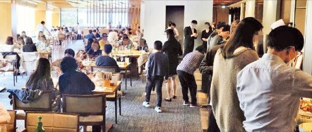 두 달간 영업을 중지했던 서울 장충동 신라호텔의 뷔페 매장 더파크뷰가 지난 14일 다시 문을 열었다. 18일 점심 뷔페에 최대 정원 250명이 모두 입장한 가운데 이용자들이 식사하고 있다. 박종필 기자
