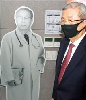 김종인 국민의힘 비상대책위원장이 지난 15일 부산 초량동 장기려기념관을 둘러보고 있다. 연합뉴스