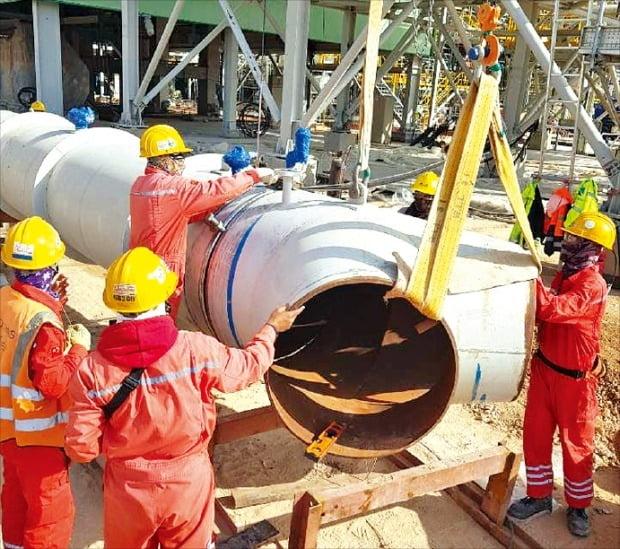 해외 건설 현장 최초로 국내 의료진이 파견된 이라크 카르발라에서 건설 근로자들이 원유정제시설과 부대 설비를 짓고 있다.  현대건설·서울성모병원 제공