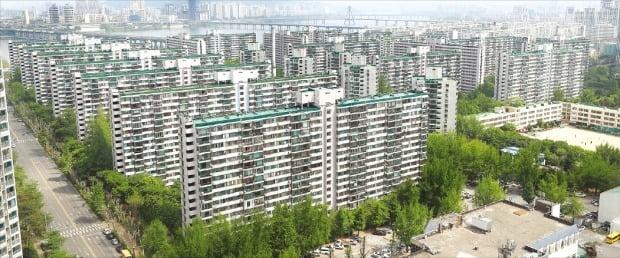 공공참여형 고밀재건축(공공재건축) 사전컨설팅 신청 소식이 알려진 이후 호가가 1억원가량 떨어진 서울 잠실동 주공5단지.  한경DB