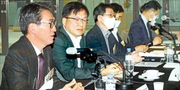 21일 국가미래연구원이 '산업경쟁력과 5G 인프라 구축'을 주제로 연 포럼에서 참석자들이 토론하고 있다.  강은구 기자 egkang@hankyung.com
