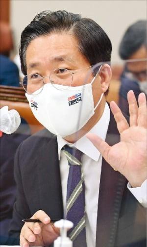 성윤모 산업통상자원부 장관이 22일 국감에서 의원들 질의에 답하고 있다.  /김범준  기자