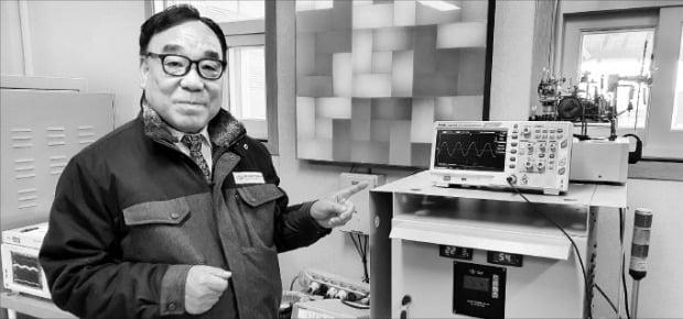 김두일 삼도전기에너지 회장이 발전량을 늘린 태양광 발전기를 소개하고 있다.  /민경진  기자