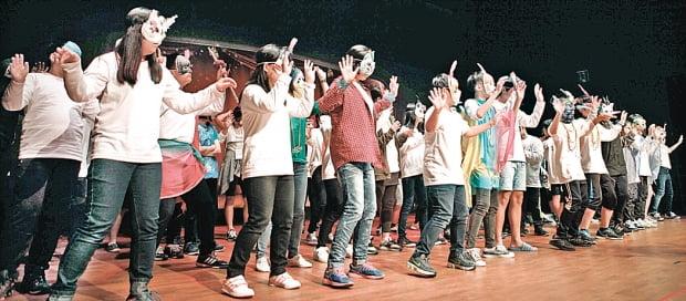 GS칼텍스의 사회공헌활동 '마음톡톡'에 참여한 학생들이 공연하고 있다.  GS칼텍스 제공