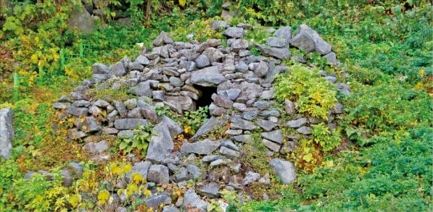 울릉도 남서동의 고분군. 기단식 적석석실분. 6세기 이후 신라의 영향을 받은 것으로 추정.