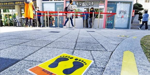 < 독감예방접종 한산한 대기줄 > 23일 서울시립동부병원 앞 독감예방접종 창구가 한산하다. 대한의사협회는 이날부터 1주일간 독감백신 접종을 연기하라고 권고했다. 질병관리청은 22일까지 보고된 독감백신 접종 후 사망한 26명은 백신과 무관하다고 결론 내렸다.   /강은구 기자 egkang@hankyung.com