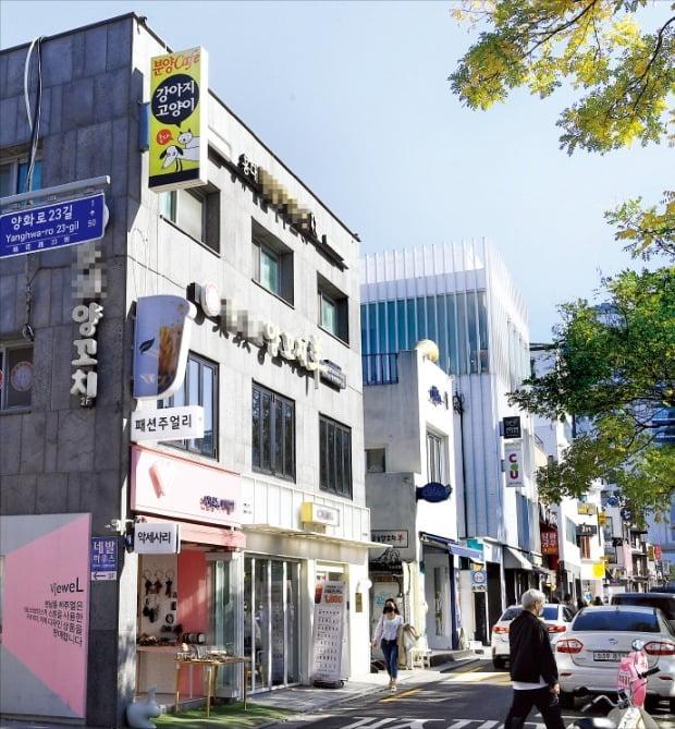 초저금리와 주택 시장 규제에 지친 자산가들이 서울 시내 '꼬마빌딩'으로 눈을 돌리고 있다. 23일 꼬마빌딩이 늘어선 서울 연남동의 한 도로변을 시민들이 지나가고 있다.  강은구 기자 egkang@hankyung.com