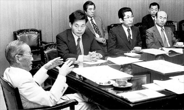 이건희 회장(왼쪽 두 번째)이 1978년 해외사업추진위원회에서 이병철 창업주(첫 번째)의 말을 듣고 있다.  삼성 제공